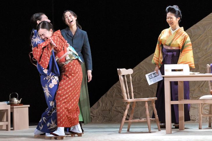 劇団青年座 第243回公演「ブルーストッキングの女たち」より。(撮影:坂本正郁)