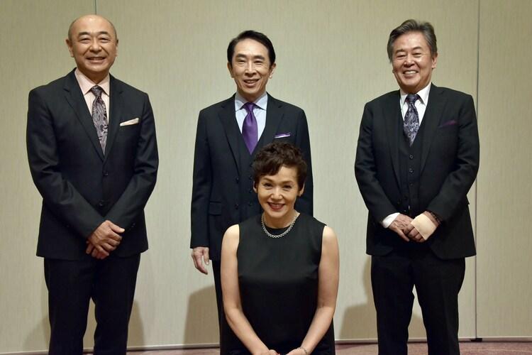 後列左から高橋克実、段田安則、風間杜夫、前列中央が大竹しのぶ。