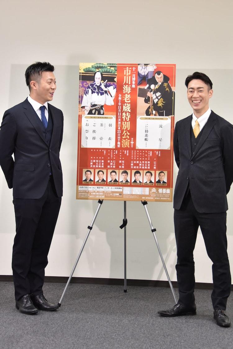 ソーシャルディスタンスを保つため、立つ位置を迷う中村児太郎(左)と坂東巳之助(右)。