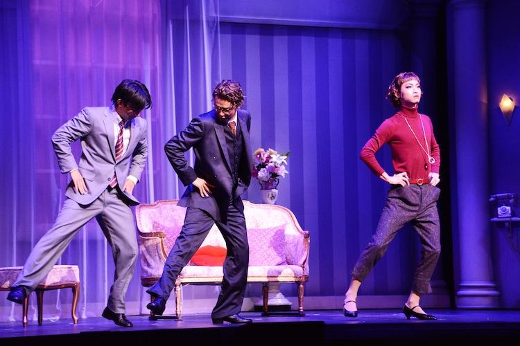 ミュージカル「プロデューサーズ」より。独特のステップで横に移動する、木村達成扮するカルメン・ギア。