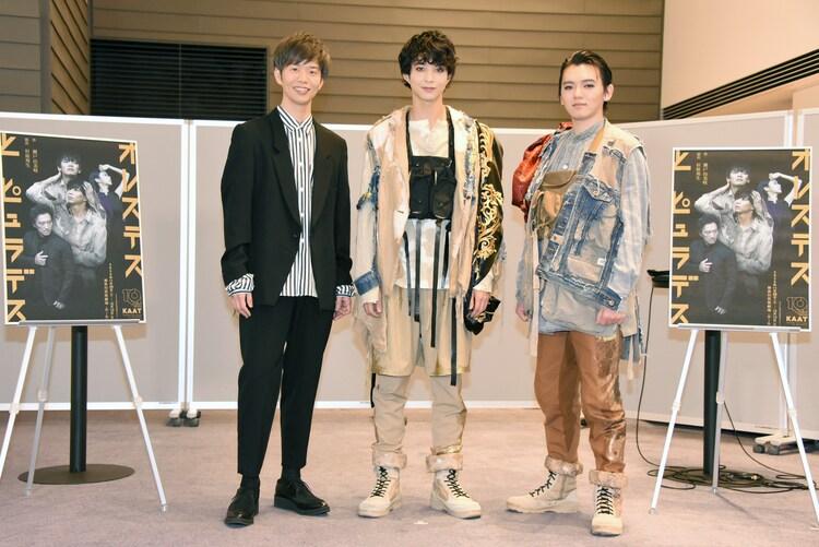 KAAT神奈川芸術劇場プロデュース「オレステスとピュラデス」合同取材会より。左から杉原邦生、鈴木仁、濱田龍臣 。