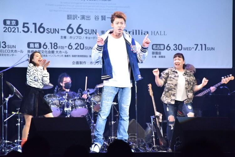 ミュージカル「17 AGAIN」製作発表より、歌唱披露の様子。