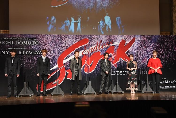 左から松崎祐介、越岡裕貴、上田竜也、堂本光一、梅田彩佳、前田美波里。