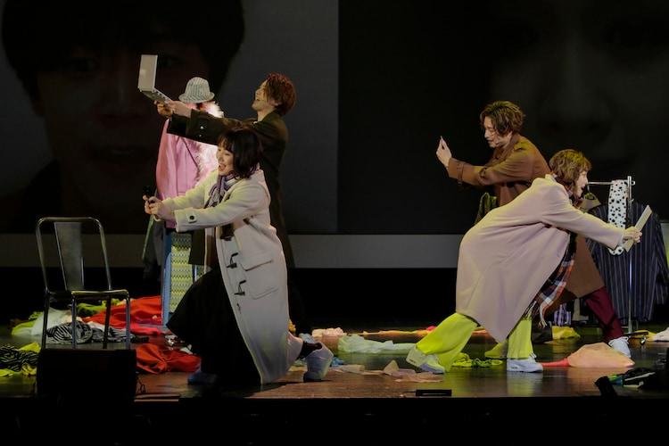 シーエイティプロデュース ミュージカル「EDGES -エッジズ-」より、チームBLUEの公演の様子。