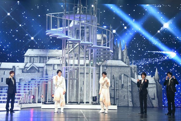 「DREAM BOYS」フォトセッションより、左から中村嶺亜、神宮寺勇太、岸優太、那須雄登、岩崎大昇。