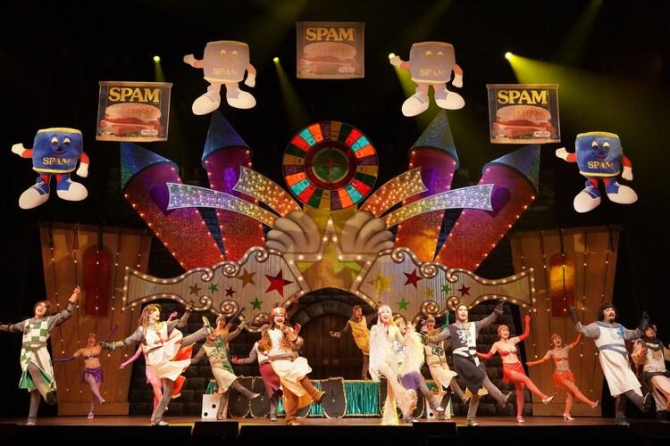 「ミュージカル『モンティ・パイソンのSPAMALOT』featuring SPAM」より。