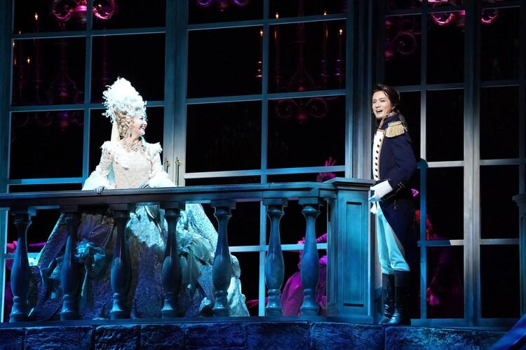 ミュージカル「マリー・アントワネット」より、花總まり扮するマリー・アントワネット(左)と田代万里生扮するフェルセン伯爵。