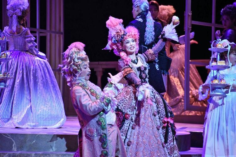 ミュージカル「マリー・アントワネット」より、駒田一扮するレオナール(左)と彩吹真央扮するローズ・ベルタン。