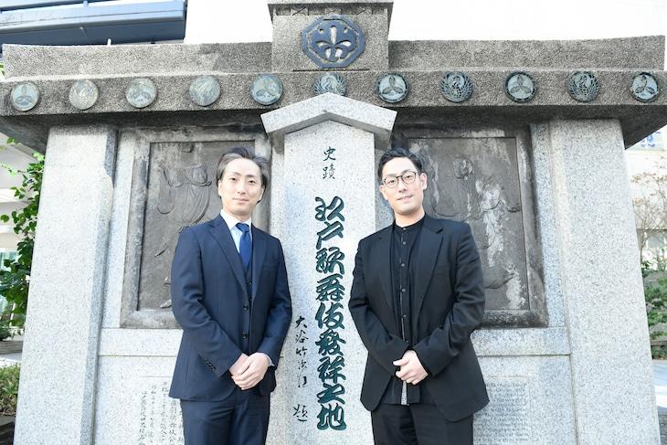 江戸歌舞伎発祥之地の記念碑前にて。左から中村七之助、中村勘九郎。