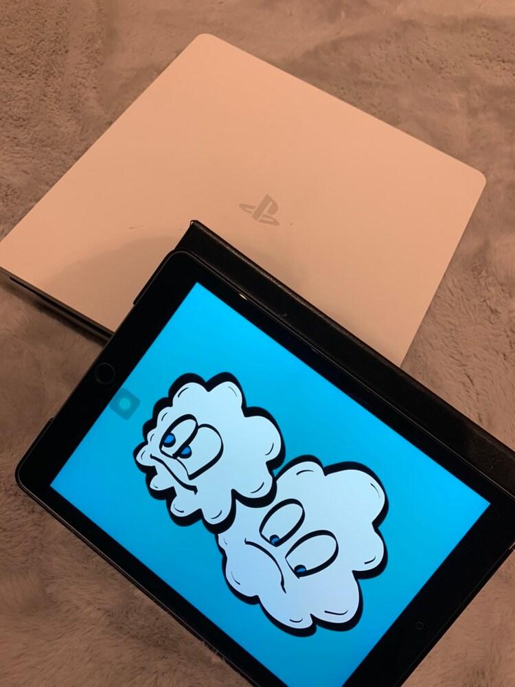 """平間壮一の相棒となった""""2人""""組。白いPlayStation 4(左)とiPad(右)。iPadには、平間によるポップでキュートなイラストが。"""