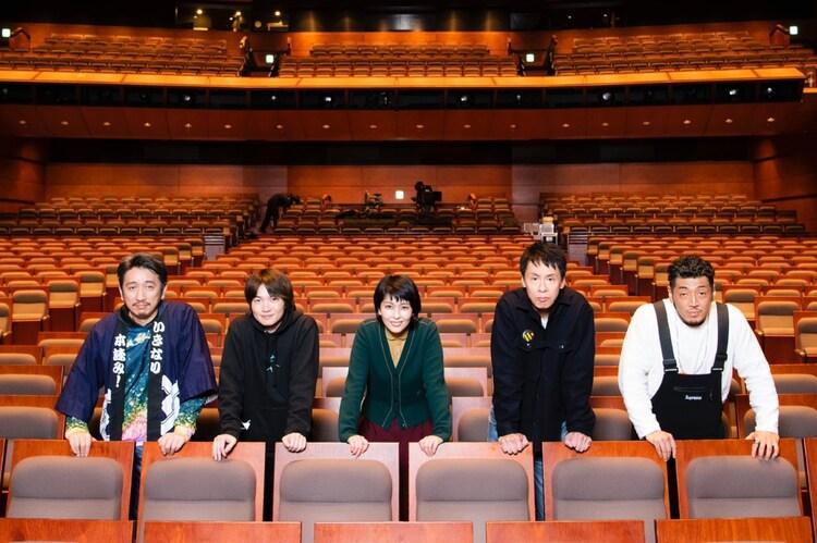 左から岩井秀人、神木隆之介、松たか子、大倉孝二、後藤剛範。(c)平岩と毛利