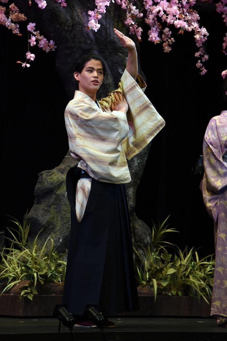 日本舞踊の動きを表現する菅田琳寧。