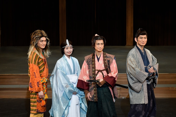 左から冨岡健翔、惣田紗莉渚、戸塚祥太、松田悟志。