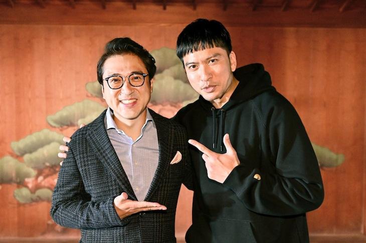左からムロツヨシ、長瀬智也。(c)TBS