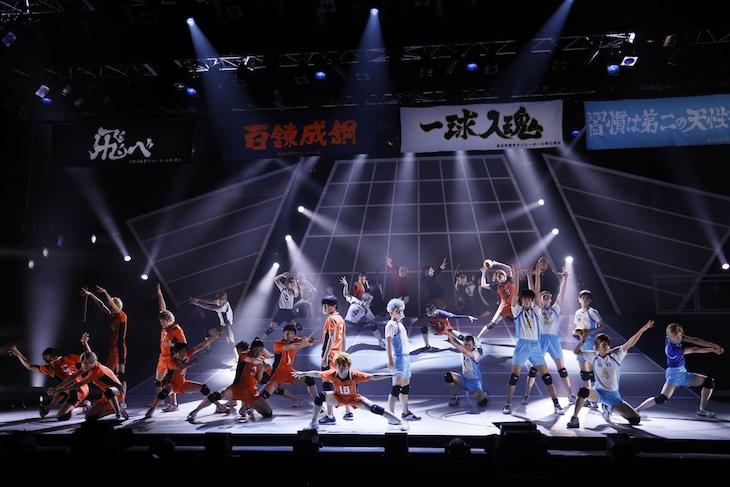 """「ハイパープロジェクション演劇『ハイキュー!!』""""頂の景色・2""""」より。(Photo by GEKKO)"""