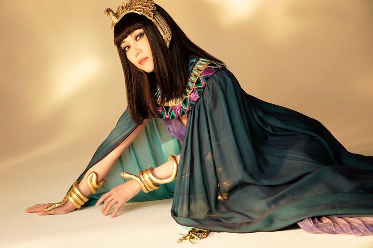 新妻聖子扮するアイシス。