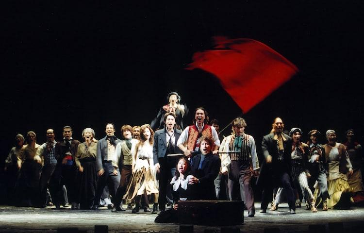 ミュージカル「レ・ミゼラブル」より。列の先頭に立つのが、岡幸二郎演じるアンジョルラス。(写真提供:東宝演劇部)