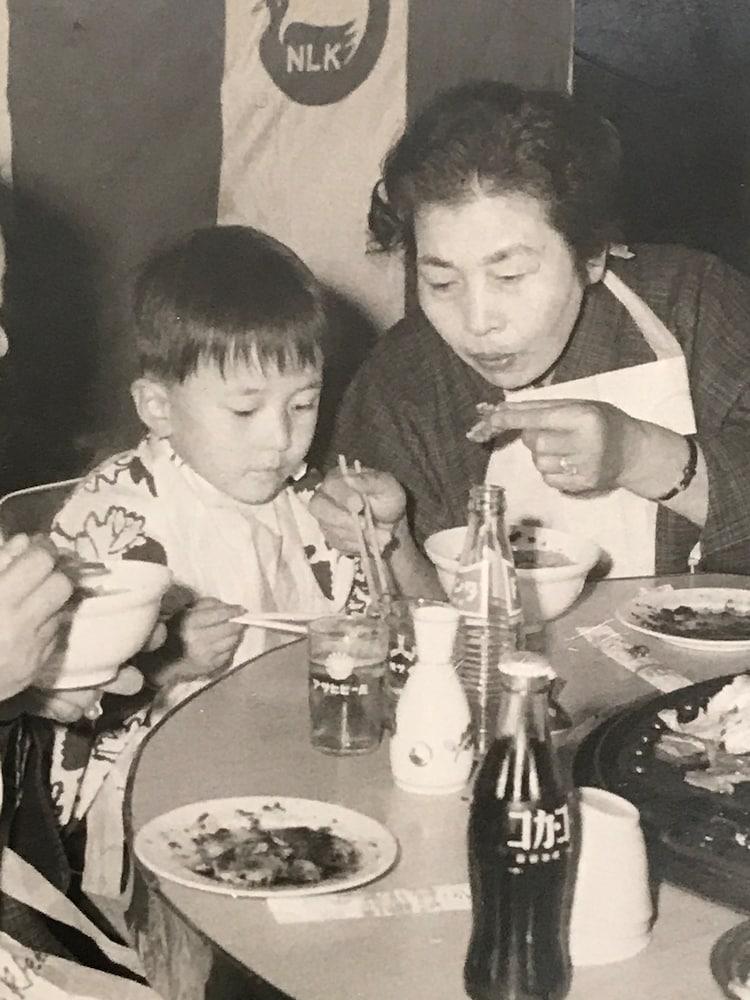 幼少期の岡幸二郎(左)。詩吟と謡を教えていた祖母(右)と共に。