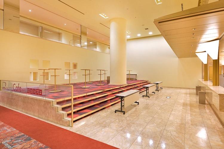 愛知県芸術劇場 大ホールホワイエの様子。(c)愛知芸術文化センター