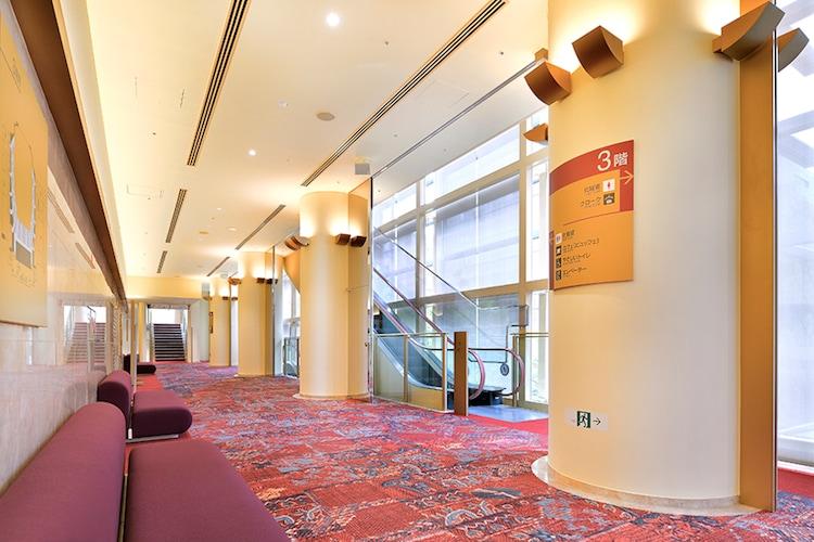 愛知県芸術劇場 大ホールビュッフェの様子。(c)愛知芸術文化センター