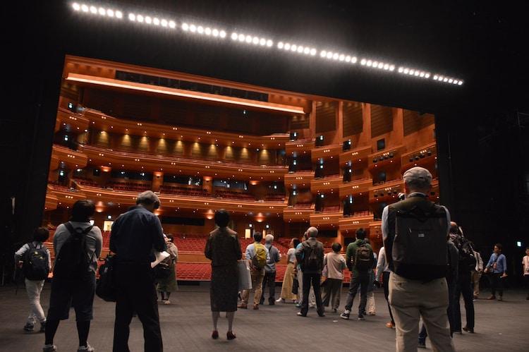 愛知県芸術劇場の劇場ツアーの様子。