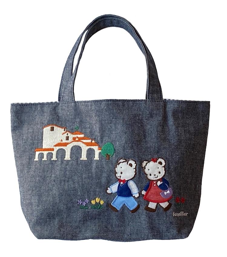 ファミちゃんとリアちゃん、宝塚大劇場が刺繍されたバッグ。(c)宝塚クリエイティブアーツ