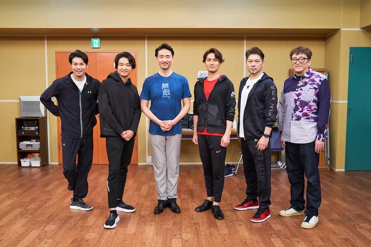 「オリジナルミュージカルコメディ 福田雄一×井上芳雄『グリーン&ブラックス』」#49の出演者と、企画・演出の福田雄一(右)。