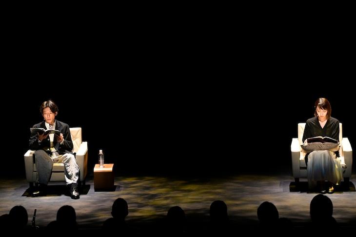 「坂元裕二 朗読劇2021『忘れえぬ 忘れえぬ』、『初恋』と『不倫』」より。左から高橋一生、酒井若菜。(撮影:熊谷仁男)