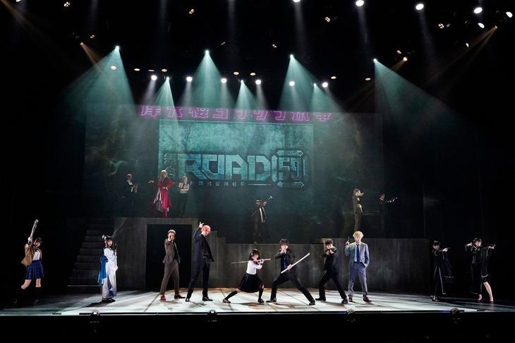 「舞台『ROAD59 -新時代任侠特区-』摩天楼ヨザクラ抗争」より。(c)bushiroad / 曳野若菜