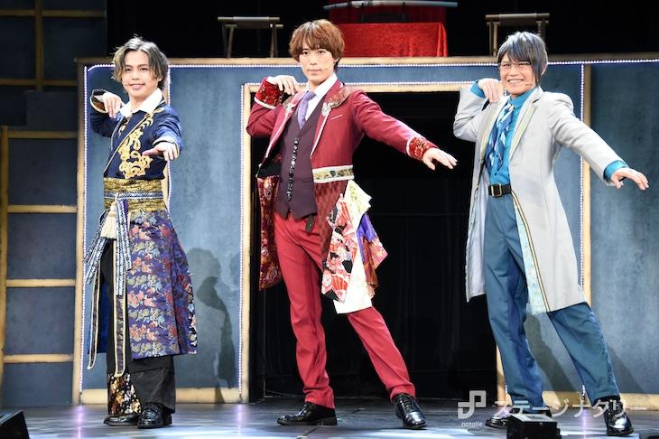 「This is 大奥」取材会より、左から小川優、越岡裕貴、玉野和紀。ポーズは玉野が考案したもの。