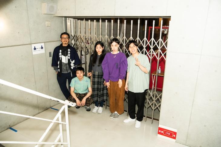 左から岩井秀人、岩男海史、藤谷理子、川上友里、田村健太郎。(c)平岩と坂本