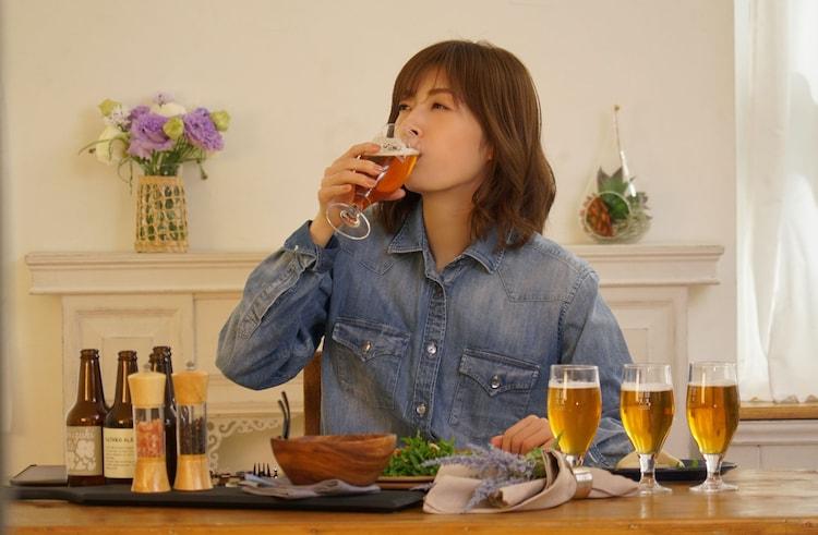 Huluオリジナル「明日海りおのアトリエ」より、クラフトビールを堪能する明日海りお。