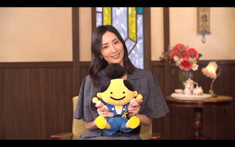 真飛聖と時代劇専門チャンネルのマスコットキャラクター・若。(c)時代劇専門チャンネル