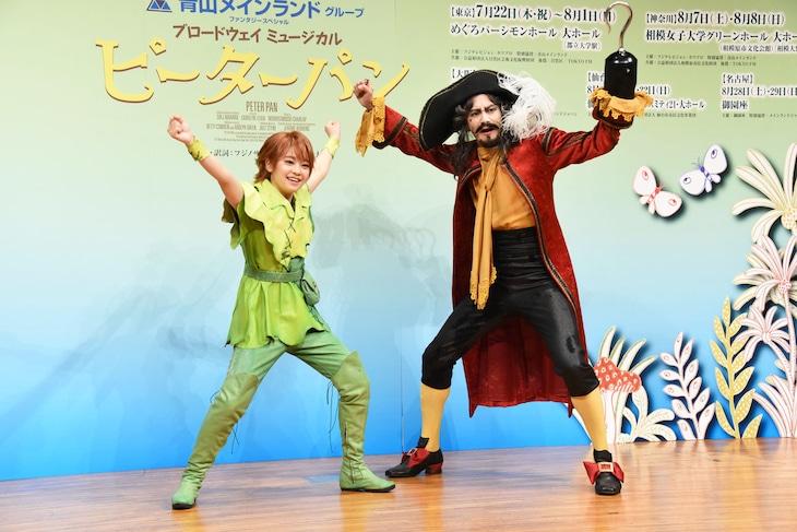 ブロードウェイミュージカル「ピーターパン」制作発表より、左からピーターパン役の吉柳咲良、フック船長 / ダーリング氏役の小西遼生。2人は報道陣のリクエストに応え、さまざまなポーズで撮影に応じた。