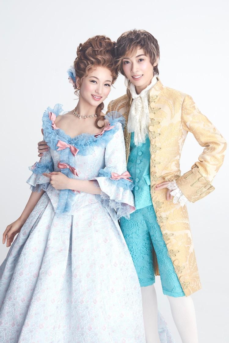 ミュージカル「マドモアゼル・モーツァルト」に出演する華優希(左)、明日海りおの扮装ビジュアル。