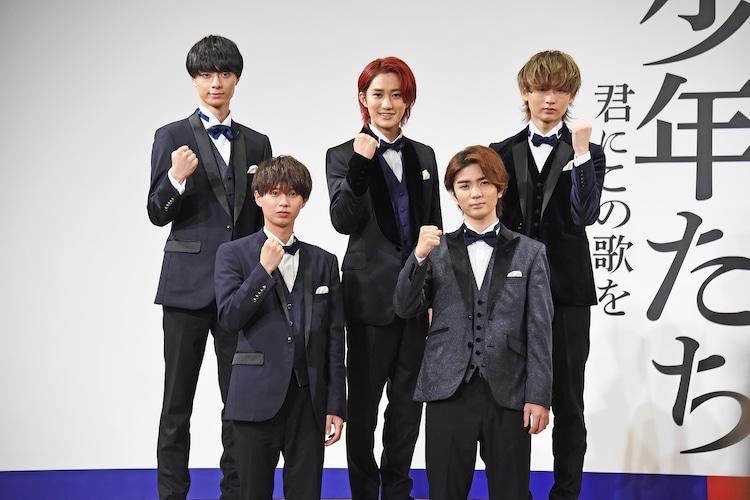 HiHi Jetsのメンバー。前列左から井上瑞稀、高橋優斗。後列左から作間龍斗、橋本涼、猪狩蒼弥。