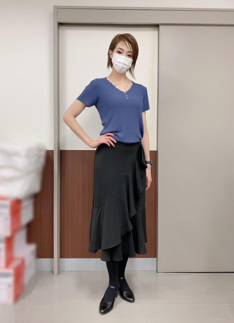 裾にフレアが付いたブラックのスカートで。立ち姿がカッコいい。