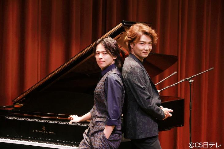 左から中川晃教、井上芳雄。(c)CS日テレ