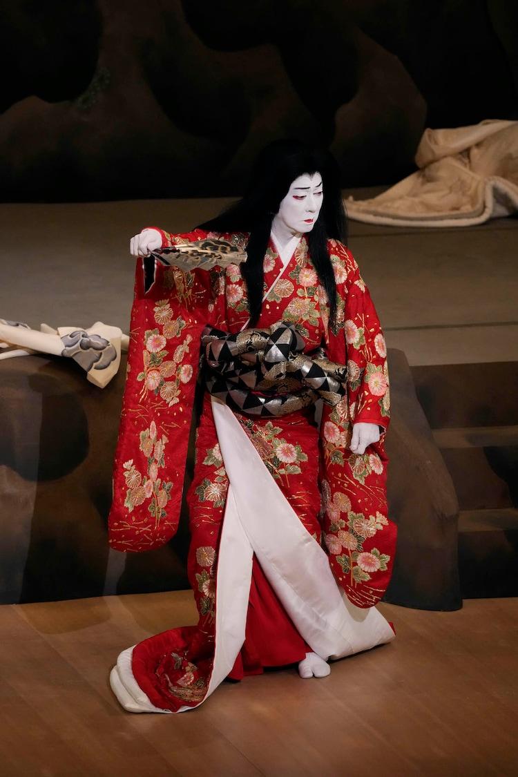 南座8月「坂東玉三郎 特別舞踊公演」より、「日本振袖始」の様子。