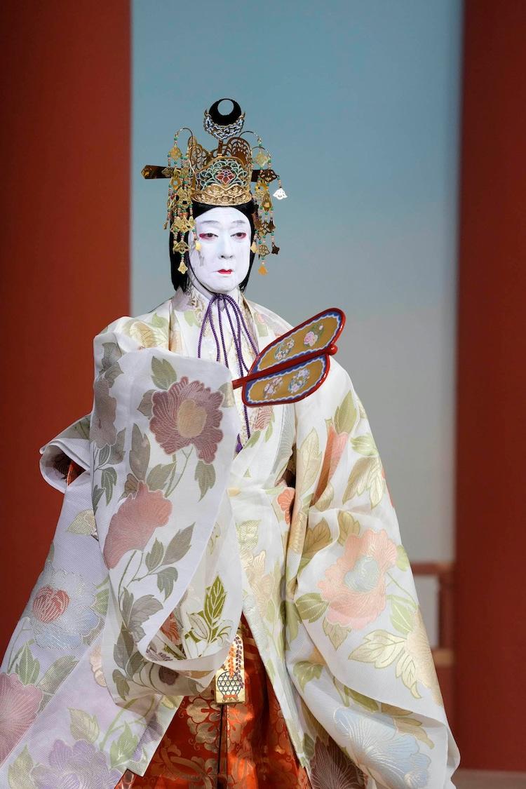 南座8月「坂東玉三郎 特別舞踊公演」より、「鶴亀」の様子。