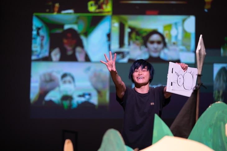 東京芸術祭2020 APAF Exhibition「フレ フレ Ostrich!! Hayupang Die-Bow-Ken!」ワークインプログレス公演より。(Photo by Kazuyuki Matsumoto)