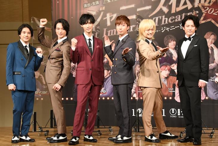 左から五関晃一、戸塚祥太、橋本良亮、河合郁人、塚田僚一、佐藤アツヒロ。