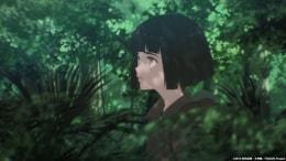 アニメ「7SEEDS」より、深い森の中を歩くナツ。人類が滅んだ未来では、植物も現代では考えられないような変化を遂げている。