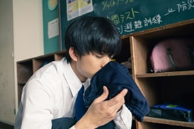 映画「惡の華」より、伊藤健太郎演じる春日高男がブルマの匂いを嗅ぐシーン。