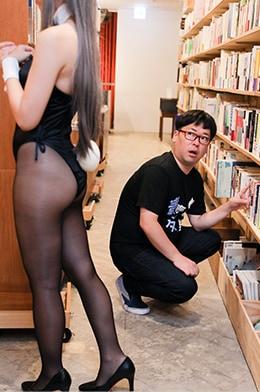 本を探していた向は、バニーガール姿のえなこを目撃。
