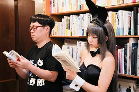 並んで本を読む2人。