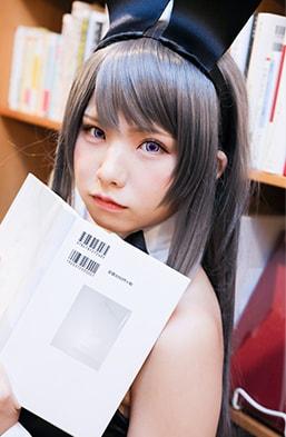 本から目を離し見つめるのは……。