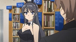 主人公の咲太は、バニーガール衣装を着た麻衣と図書館で出会う。