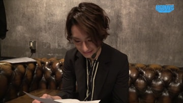 「Argonavis 0-BEYOND LIVE -始動-」のステージ裏でメンバーからの手紙を読む橋本祥平。