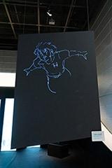 また人形の横には、高橋陽一描き下ろしの立花兄弟が。これは「チョークアートメーカー」というアプリで描かれたもので、高橋が描いたイラストが、描き順に従ってモニターに再現されている。